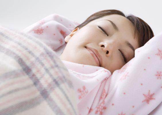 ぐっすりと快眠している女性
