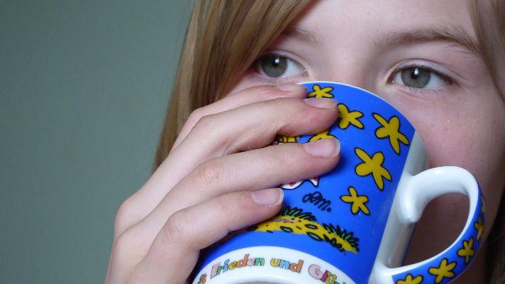 睡眠の質を下げる飲み物を飲む女性