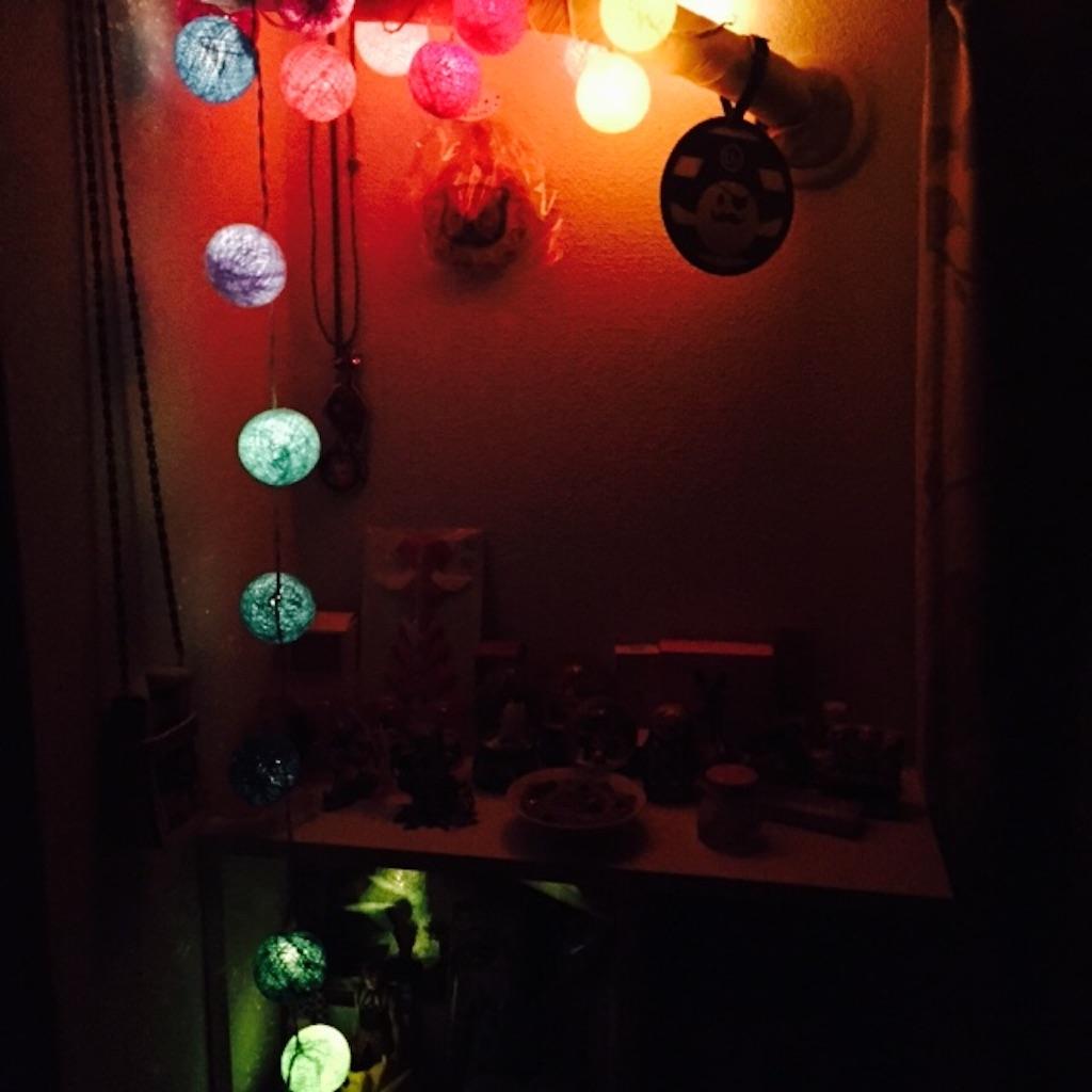 好きなものしか飾らない棚 コットンボールランプ