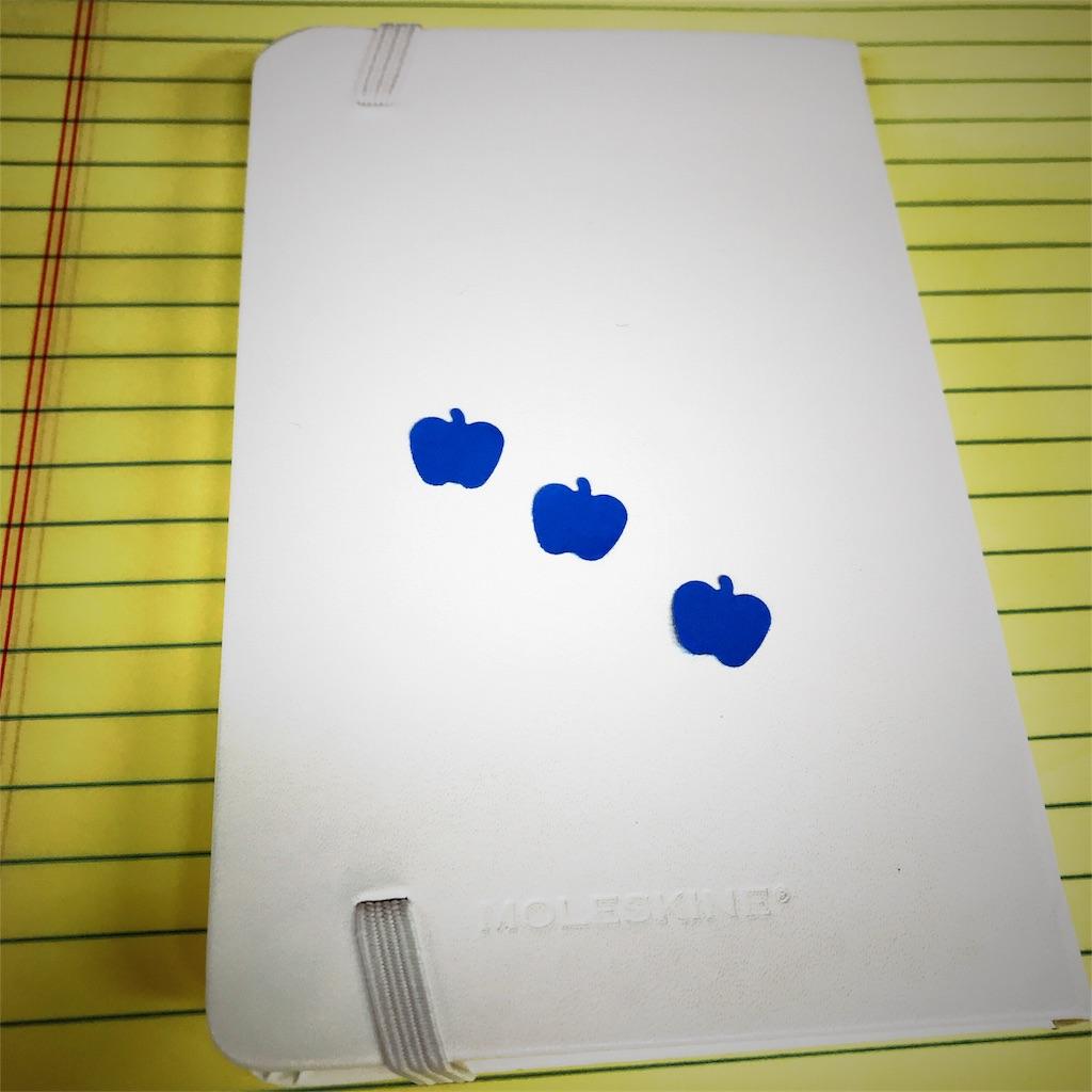 MOLESKINEと青いりんご 写真