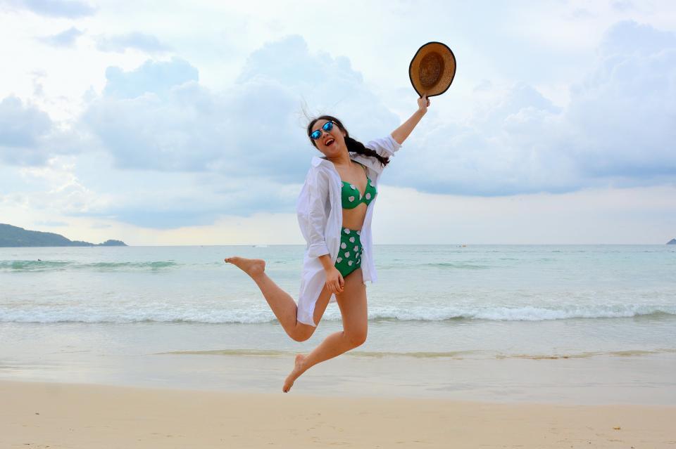 水着の女性ジャンプ