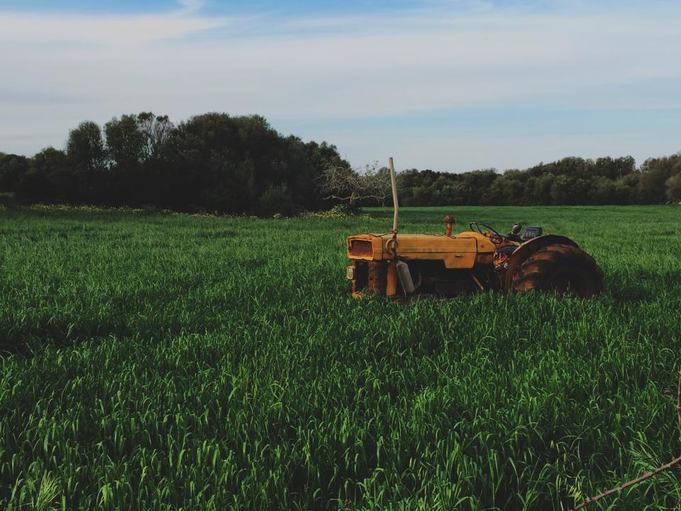 畑の中にトラクター