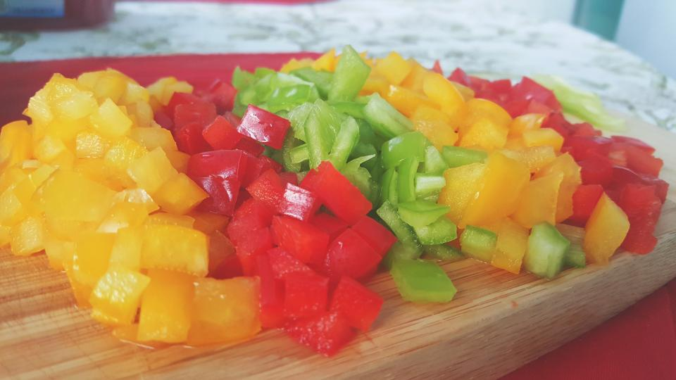 色とりどりの野菜をカット