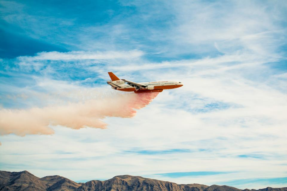 飛行機で化学肥料をまく