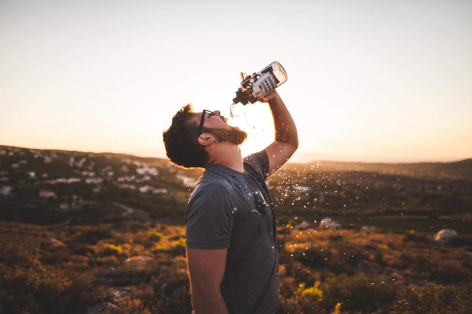 男性水ボトルで飲む