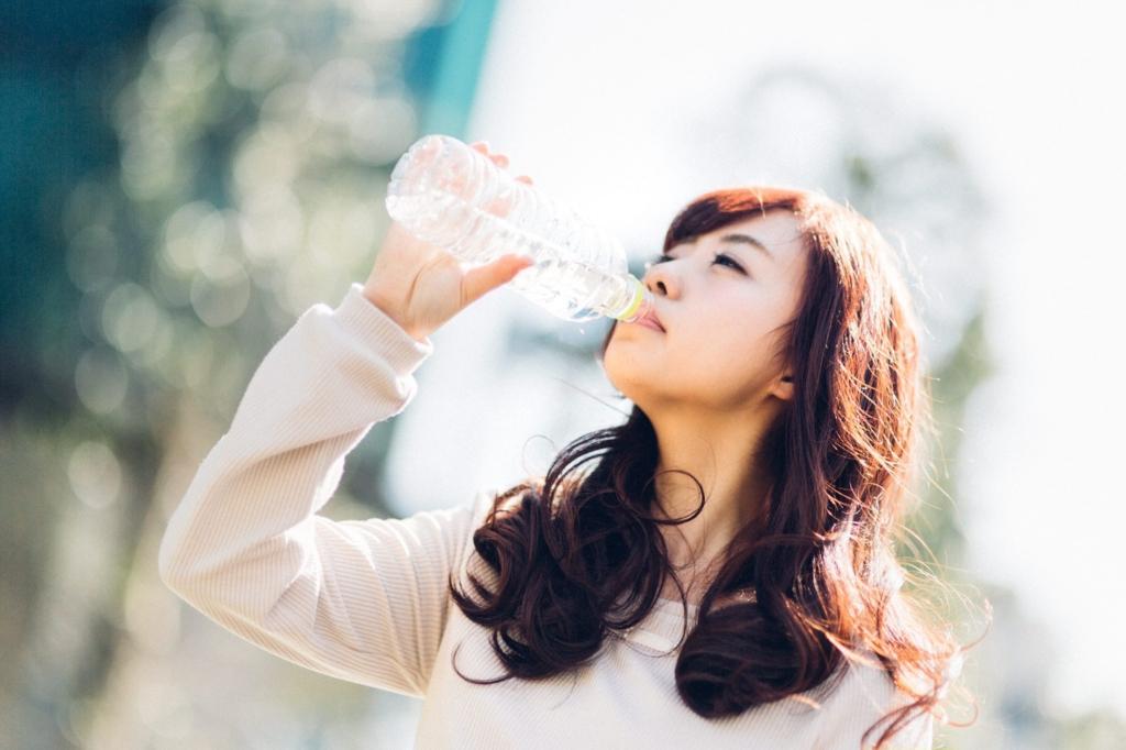 女性お水を飲む