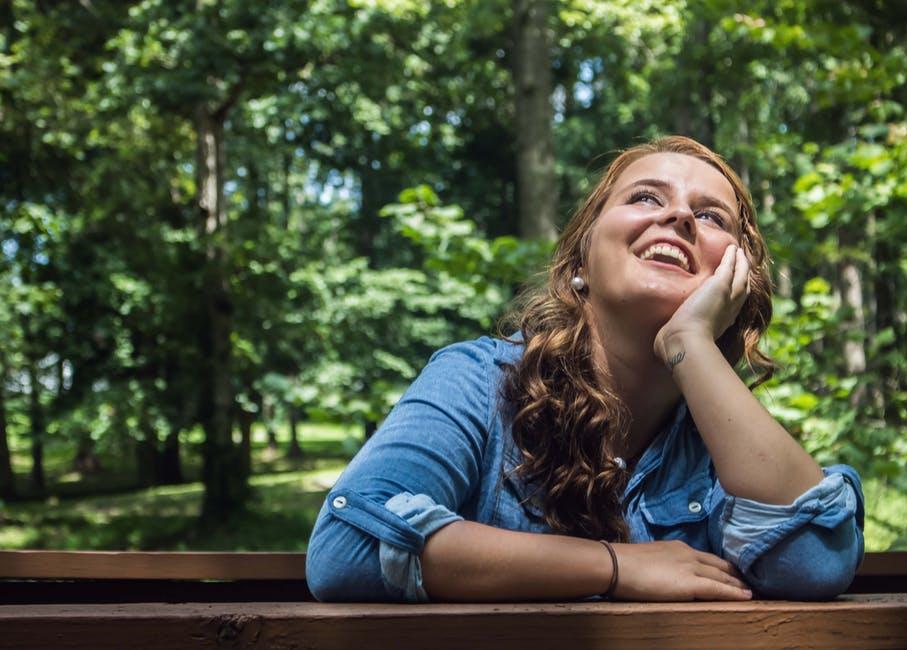 女性 自然 笑顔 空気がきれい