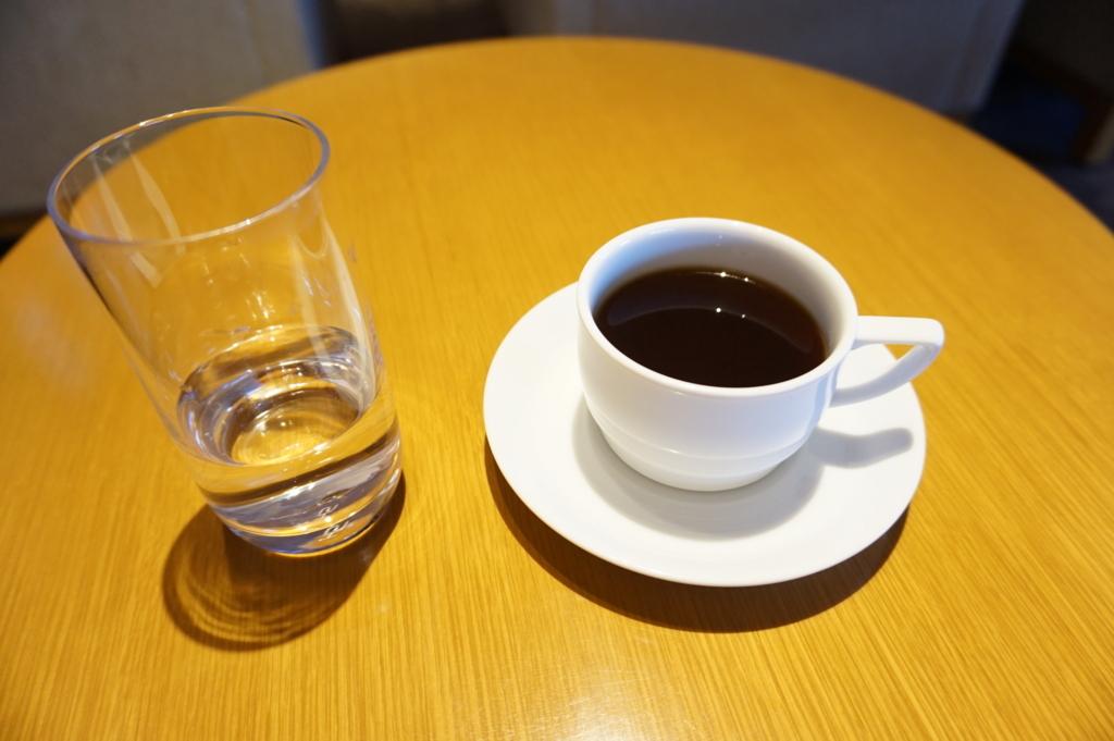 ラウンジの中でコーヒーを飲む