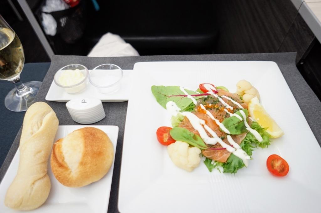 JAL機内食 洋食 サーモンサラダ パン