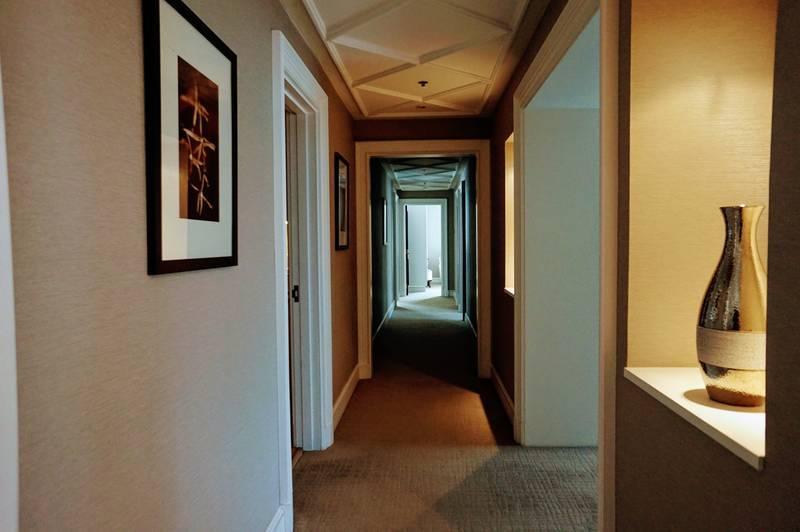 スイートルーム 廊下 長い 広い