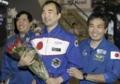 若田光一さん(右)の助けを借りながら姿を見せた野口さん