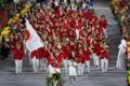 旗手の右代啓祐(写真中央)を先頭に入場する日本選手団