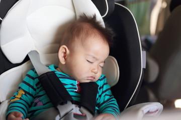 迷いに迷った新生児のチャイルドシート選び。車移動が必須の我が家の場合は?