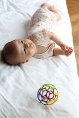 寝返りいつするの?生後7ヶ月の末っ子よ。家族みんなでやったゴロンゴロン作戦!