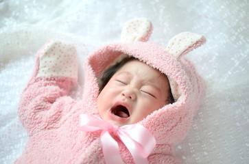 新生児の夜泣きに悩んでいた私。アメリカの女医さんに教えてもらった「スワドリング」