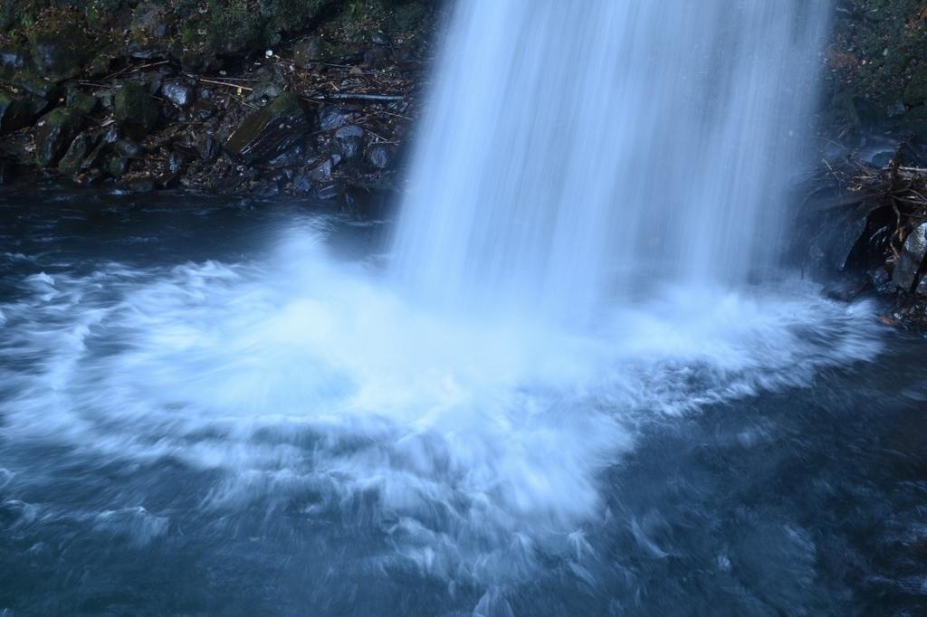 萬城の滝の滝壺の前で撮影