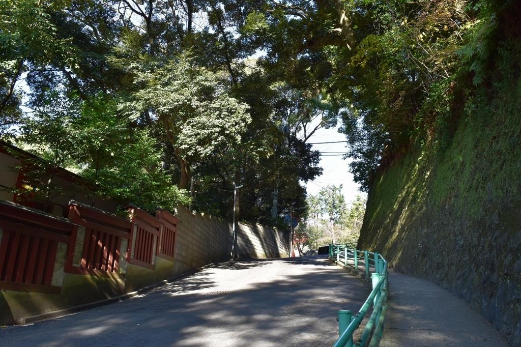 來宮神社へつながる道路