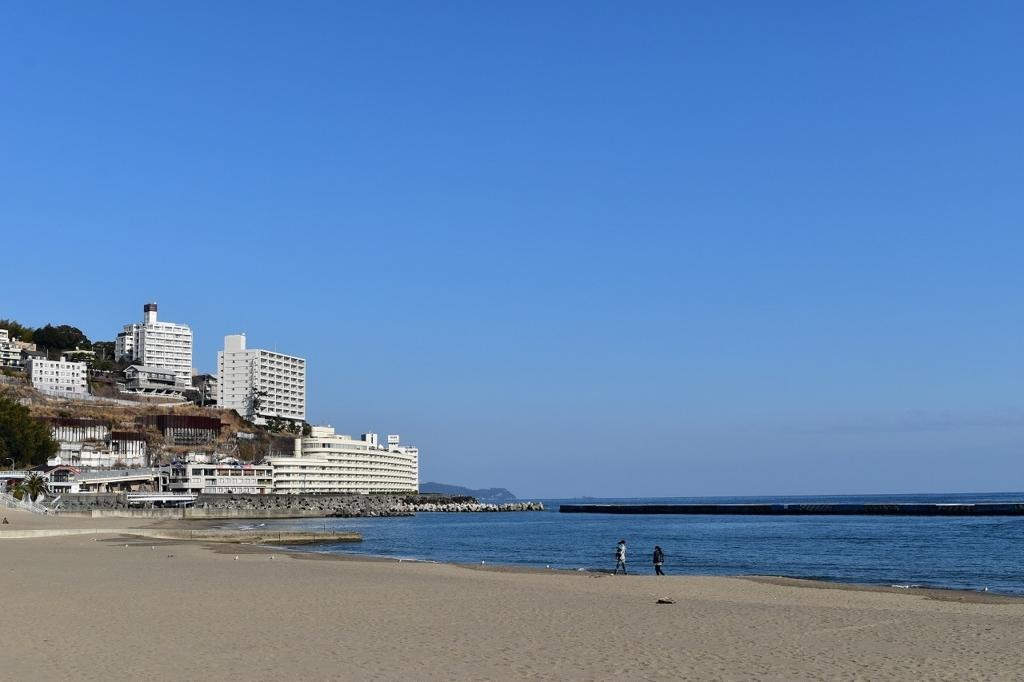 青い空と白い砂浜の熱海サンビーチ