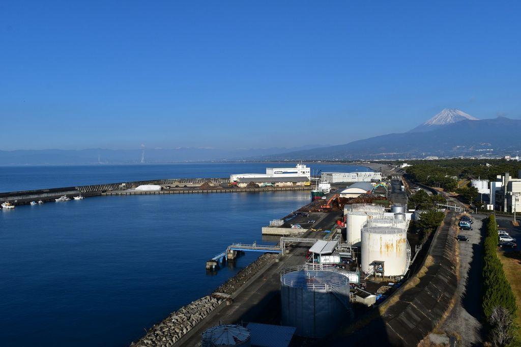 静岡県沼津市の沼津港と富士山