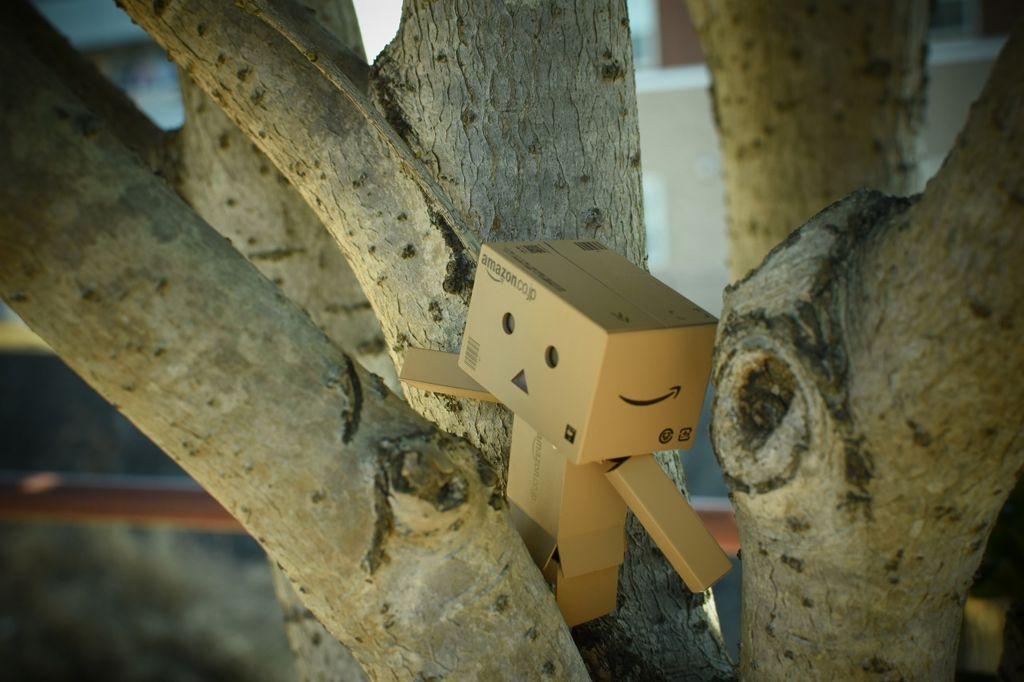 枝にもたれかかるダンボー