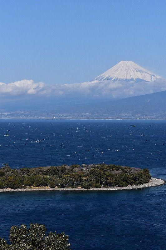 駿河湾へ大きく突き出た大瀬崎と富士山