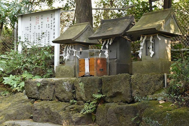 居の先には石碑が。左から「蚕養神社」「風神社」「子安神社」