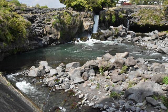 鮎壷のかけ橋から、鮎壷の滝を見渡す