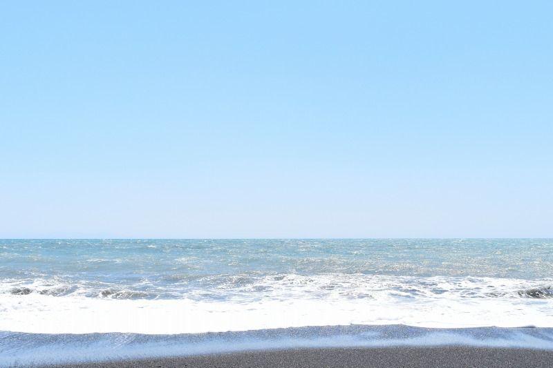 画像編集ソフトで、明るさ・コントラストを変えた海と空