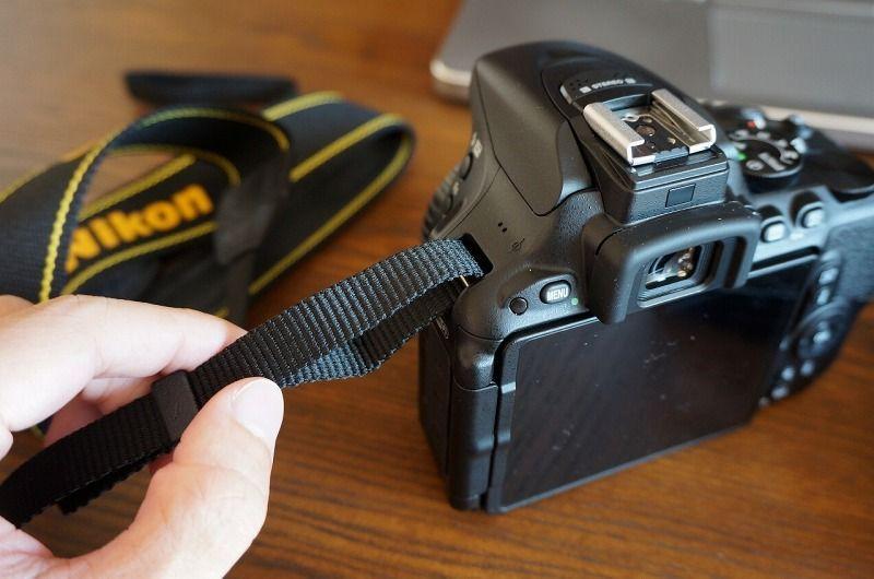一眼レフカメラのストラップの装着