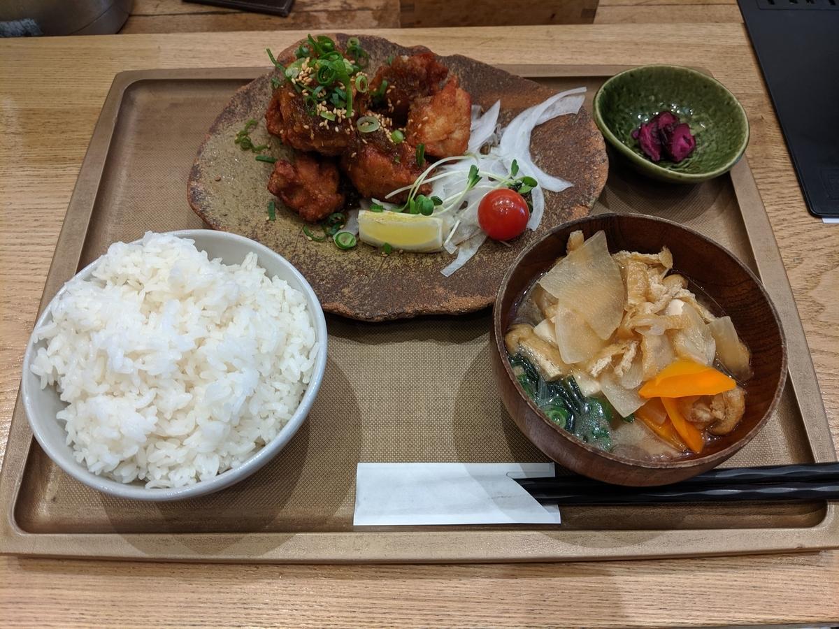 「おむすびのGABA」のGABA米粉の若鶏唐揚げ香味ソース定食(6個)