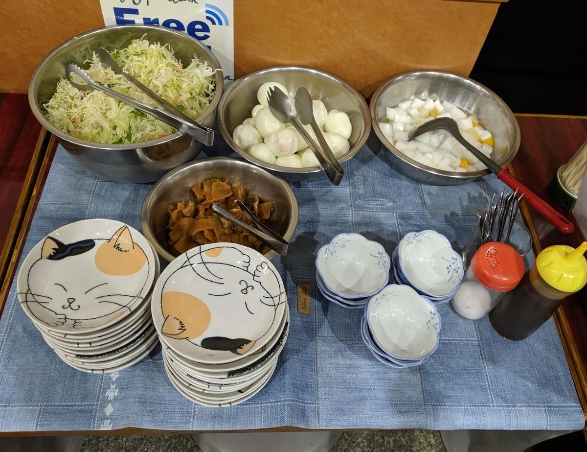 北京飯店の定食注文時に食べ放題になるサラダ、ゆで卵、ザーサイ、杏仁豆腐