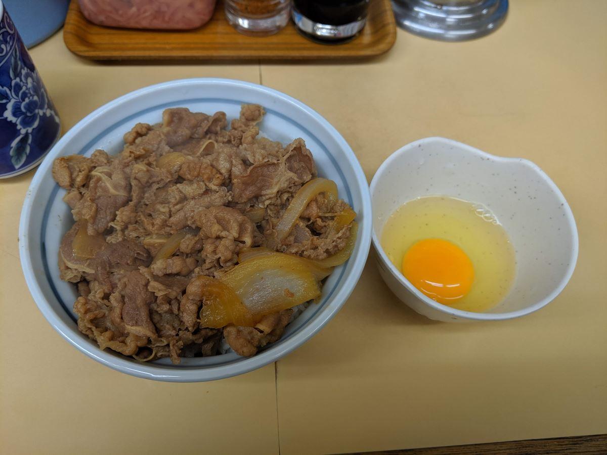 牛丼専門サンボの牛丼並と玉子