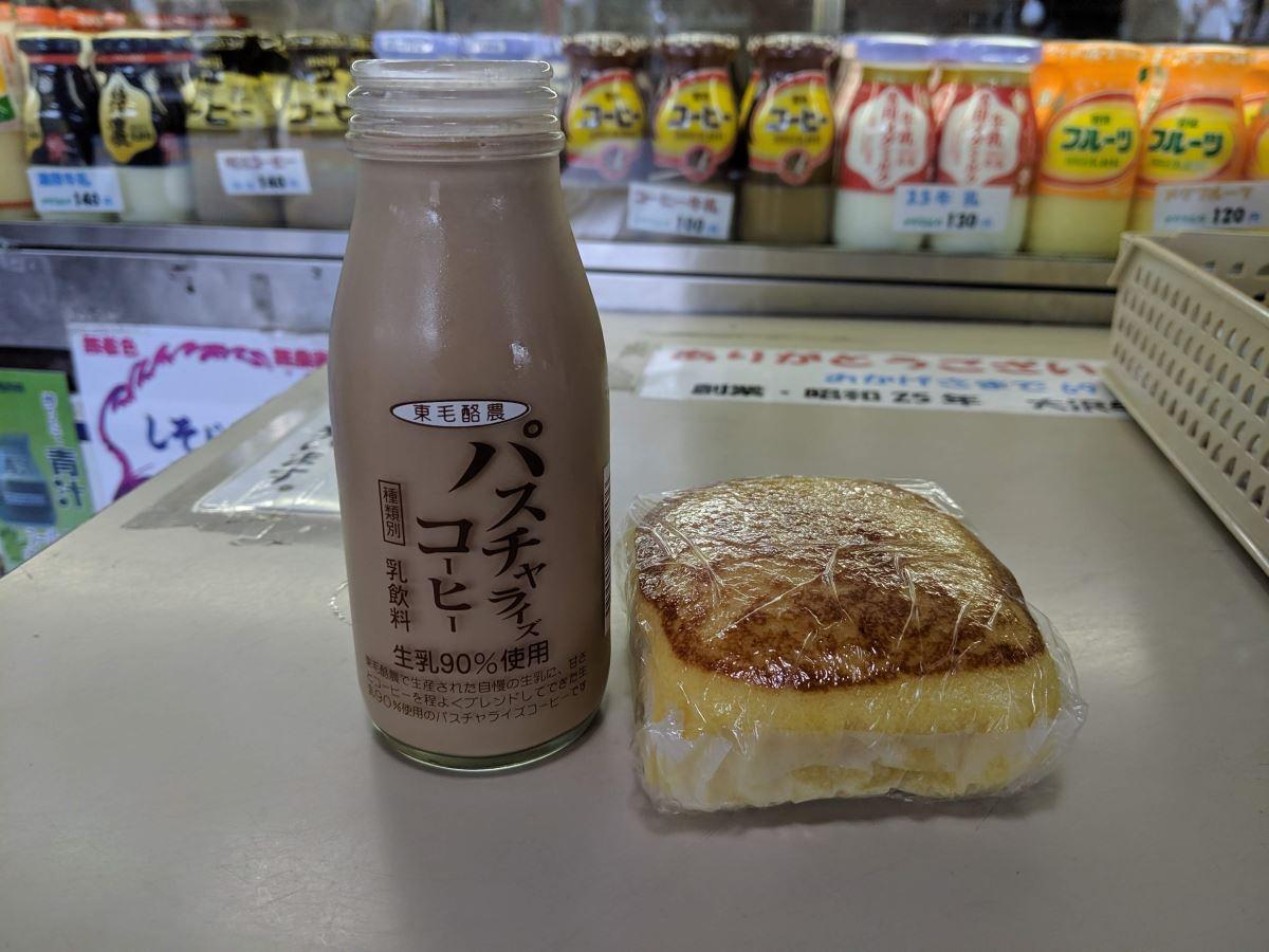 ミルクスタンドで買った東毛酪農のパスチャライズコーヒーと厚焼きたまご風蒸しパン