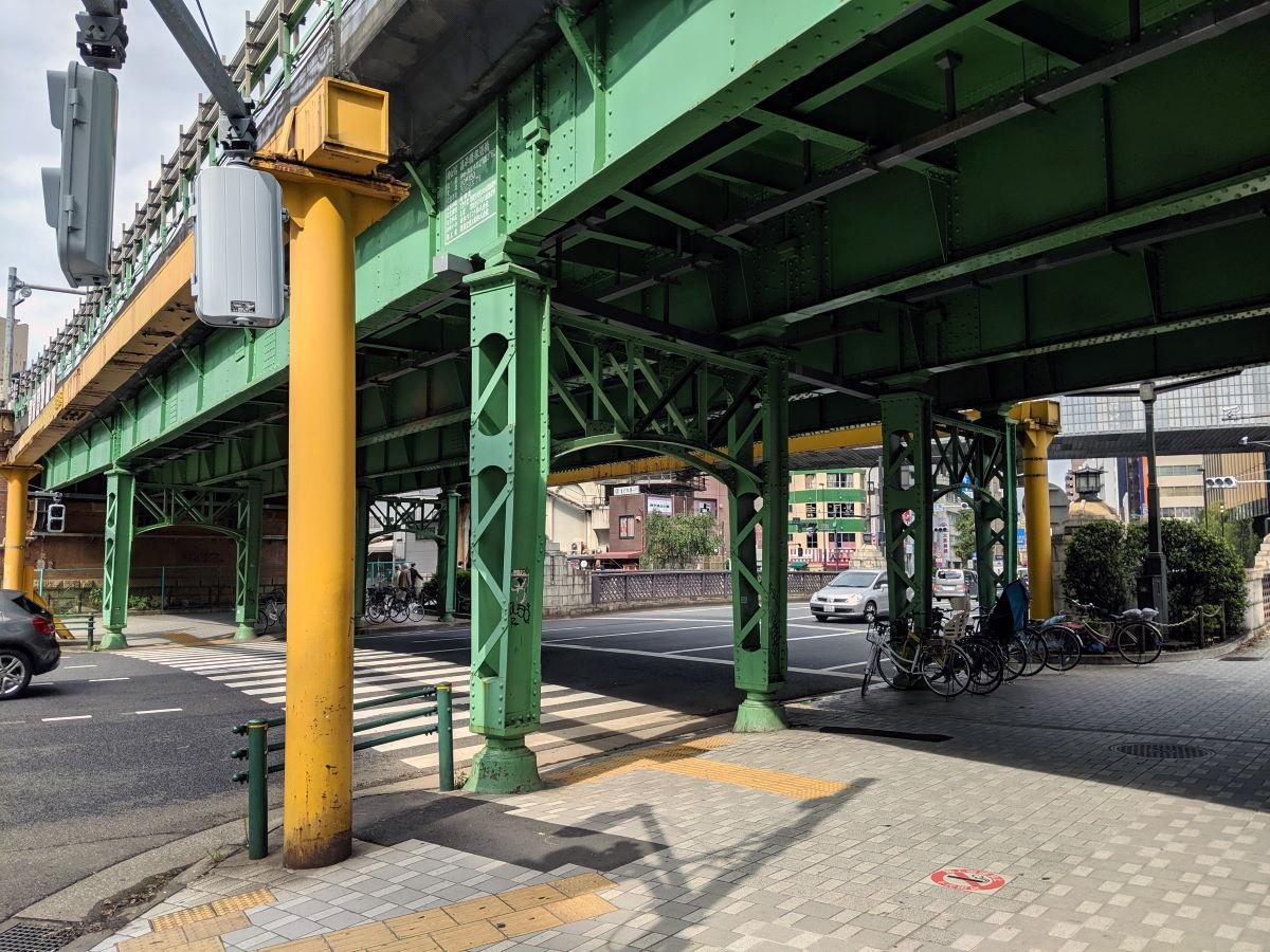 「酒亭じゅらく」の高架橋横の昌平橋架道橋