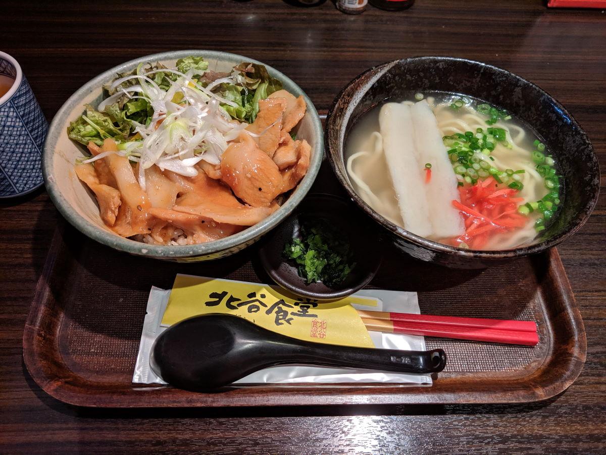 「北谷食堂」の日替わりランチ(豚とろタレ焼丼+沖縄すば)