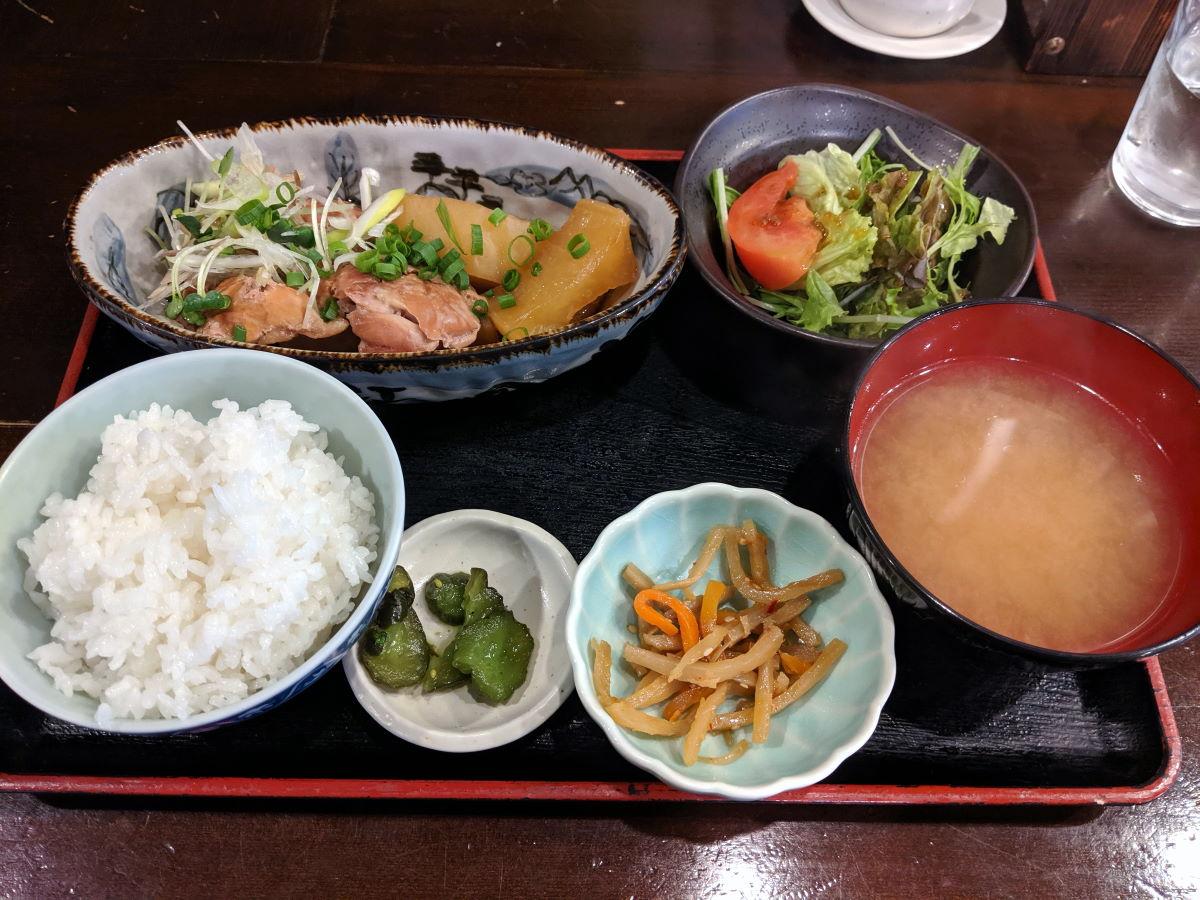「郷味 本店」の鶏肉と大根の煮物