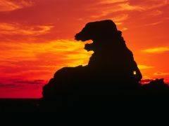 『ゴジラ岩(ごじらいわ)』半島南側、潮瀬崎にある岩で、シルエットがゴジラに似ているということで、1995年に命名された。道路脇にある看板に従って海岸に下り、潮瀬崎灯台に向かって歩くと右手に現れる。