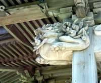 社殿に掴まった狛犬「吽形」