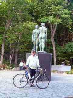 十和田湖のシンボル「乙女の像」の前で記念写真・・・ちなみに「たつこ像」があるのは秋田県田沢湖。