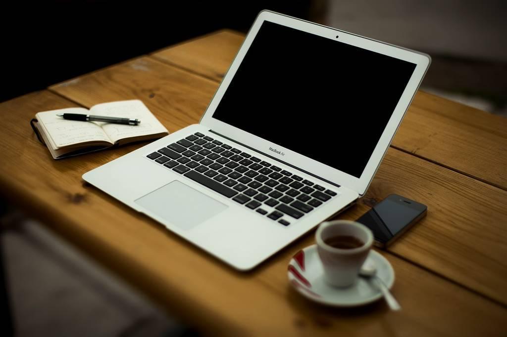 フリー素材から。いま使っているのは2011年前期のMacBook Proですが