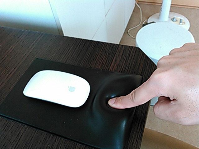 ジェル入りのマウスパッドの柔らかさを確認している画像