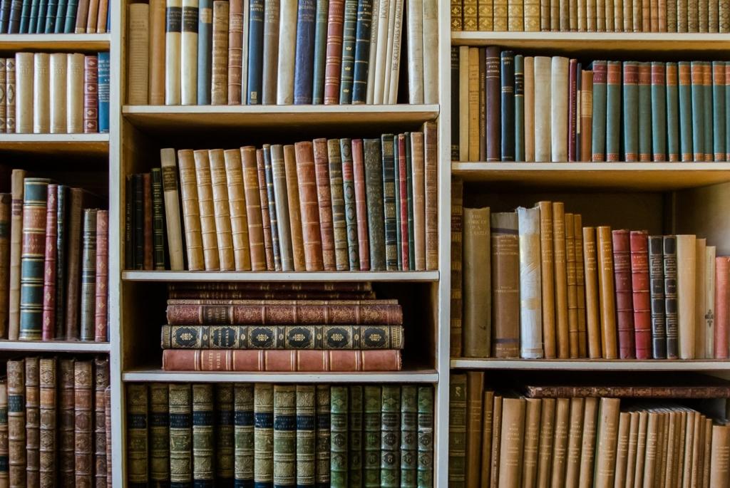 本棚で本がいっぱいになった画像