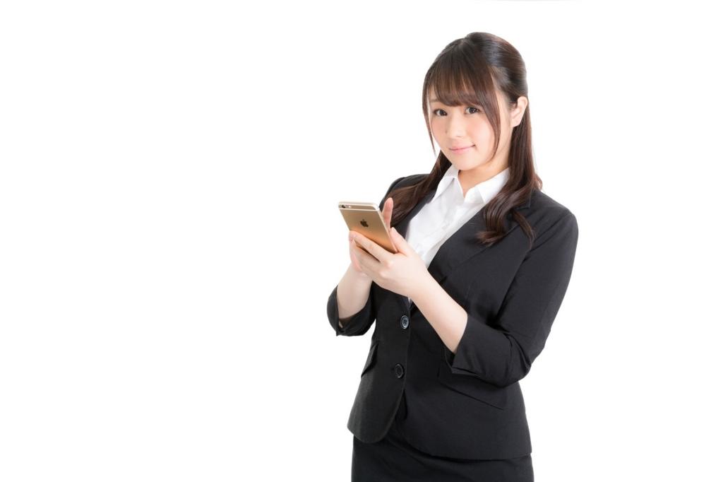 スマホのネットユーザーが増えた理由を紹介する女性