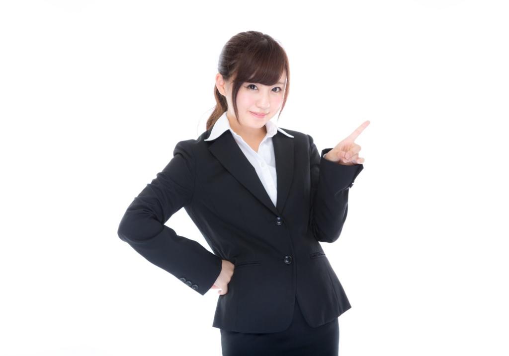 ブログのカテゴリーについて紹介する女性