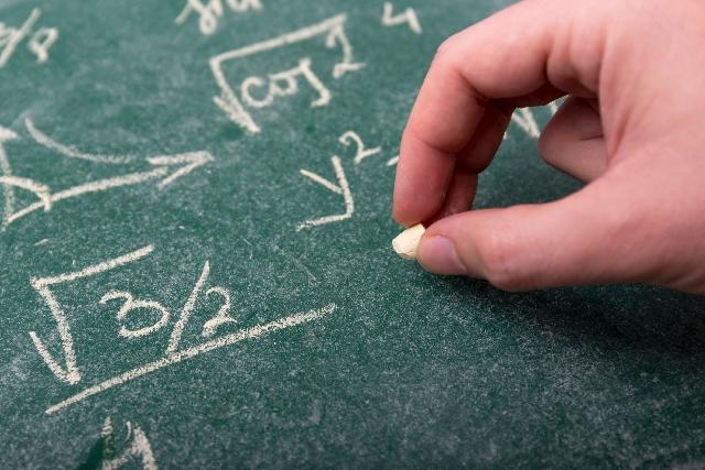 博士が数式を教える画像