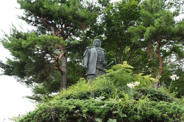 春日山城の上杉謙信像