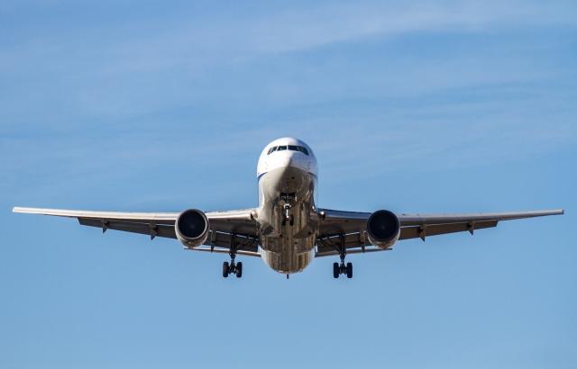 大空を飛んでいく航空機