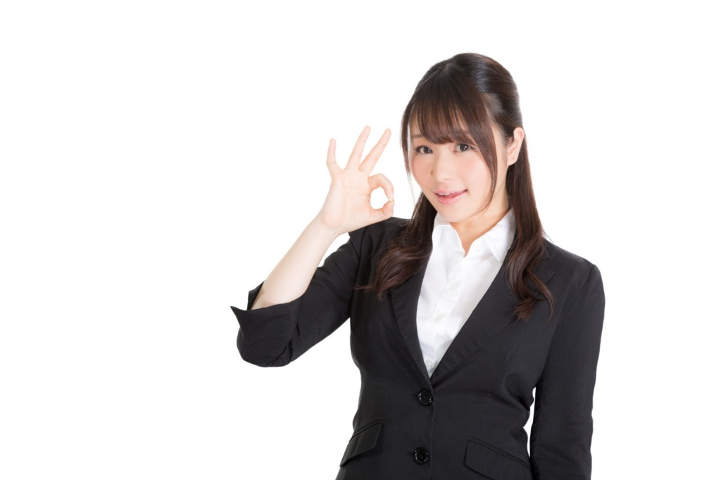独自ドメインのメリットを紹介する女性