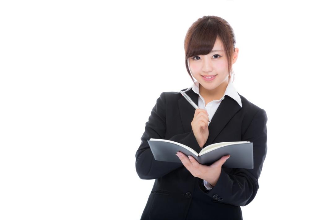 ライターに必要な本を紹介する女性