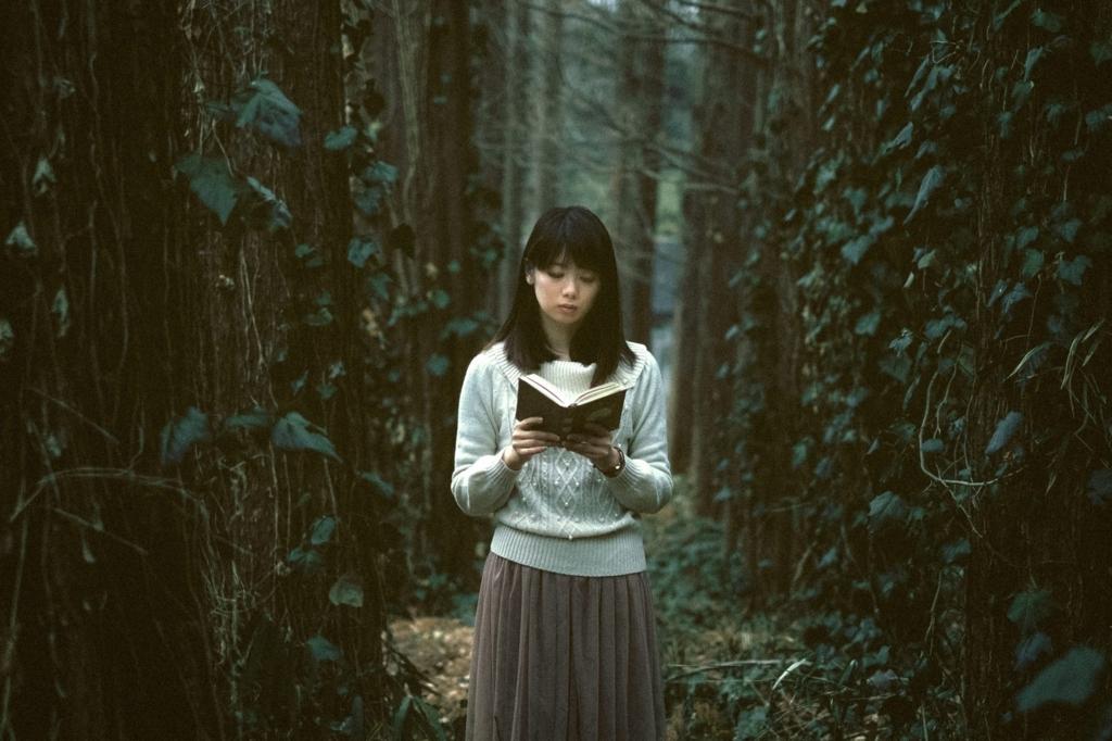 ノルウェイの森を読む女性の画像